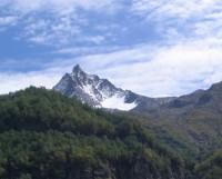 Острые пики Джугутурлучата видны на другой стороне ущелья Аманауз