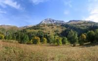 Вид на Семенов-Баши с поляны за альплагерем Алибек